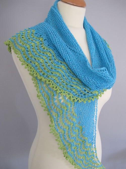 Châle Montrachet, créé par Kirsten Kapur, tricoté en Linéa pour l'été - kit disponible.