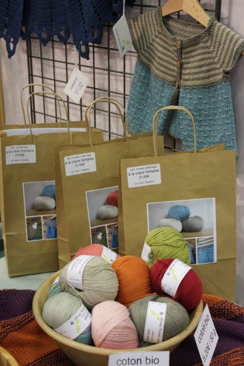 Kits et pelotes sur mon stand / Kits and yarn balls in my booth.