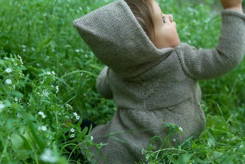 Branches de printemps, veste pour enfants d'Alana Dakos du livre Baby Botanicals, disponible chez Annette Petavy Design
