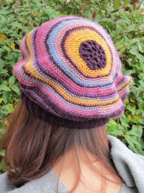 Excentrique, béret au crochet - création Annette Petavy